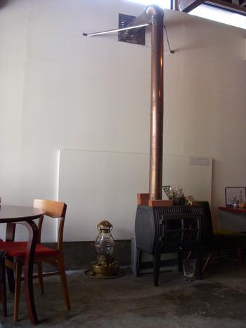 さりげなく置かれたランプや暖炉など、小物や家具のセンスも抜群。コンクリート敷きの床や白い壁ともマッチしていて、インテリアを見ているだけでも楽しめますね。