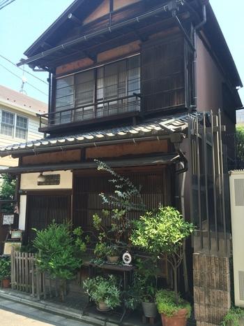 駅から10分ほど歩いたところにある「English Teahouse Pekoe(イングリッシュティーハウス ペコ)」は、築90年近い日本家屋をリノベーションしたカフェです。根津の住宅街にあり、一見カフェには見えない佇まい。