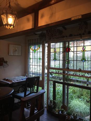 足踏みミシン、アンティークな古時計、ランプとひとつひとつどれをとってもステキなインテリア。窓から見えるよくお手入れされたお庭から、四季折々の美しさを楽しめます。