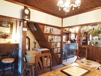 純和風の外観とは異なるアンティークな雰囲気の店内。籐製のかごやミシンなどがあちこちに置かれていて、まるで英国のおうちにお邪魔したような温もりのある雰囲気に癒されます。