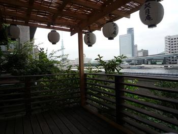 隅田川の風が心地よい2階のテラス。まるで京都の川床のよう…と例えられることも。スカイツリーや屋形船を眺めていると、都心にいることを忘れてしまいそう。