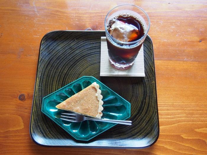 メニューは、季節によって変わるタルトと数種類のドリンク。素朴な味わいが人気です。
