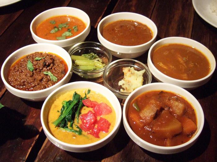 スパイスカフェでいただけるのはカレーをメインとした南インドのお料理。オーナーは世界48か国を旅し、帰国後にイタリア料理店やインド料理店、スリランカ料理店で修業した技術と味が存分に発揮されています。南インドのカレーは、さらっとしたルーが特徴。いろんな種類を少しずつ味わうのがおすすめです。