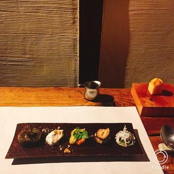 単なるカレー屋さんにとどまらないのがこのカフェのすごさ!ディナーコースでは、様々なスパイスを使った繊細なお料理の数々がいただけます。前菜の盛り付けも、まるでフレンチのような美しさ。