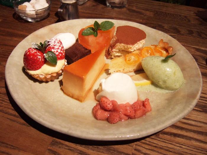 デザートの盛り合わせは、お腹いっぱいでも食べたくなってしまうほど魅力的。グループで訪れたらシェアするのもいいですね。