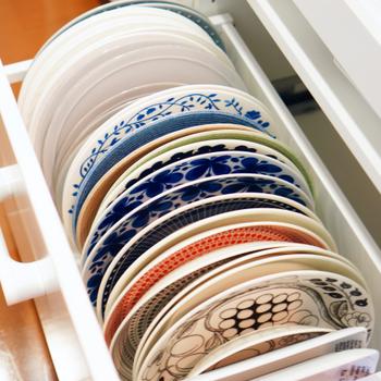 「こころいろ365日」のTammy*さんは、プレートを立てて収納し、省スペース化を図っています。お皿のサイズごとに引き出しを分けると統一感が出るだけでなく、プレートの柄がわかりやすいというメリットも。「今日はどのお皿を使おうかな?」と料理に合わせて器を選ぶ楽しみが増えそうです。