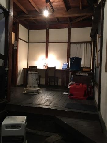 廃屋だった築約70年の共同住宅をリノベーションした店内。玄関や廊下の境などに大小の段差に、昔の家を思い出しますよね。石油ストーブの温もりも懐かしい。