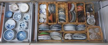 こまごまとした豆皿や小鉢類は、サイズごとにカゴで仕切って収納しています。つい数を増やしてしまいがちな小さな器も、何がどこにあるのかひと目でわかりますね。