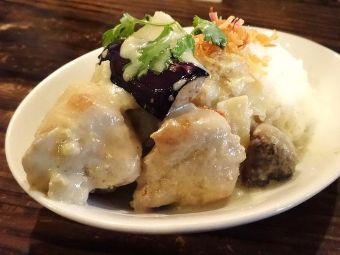 お肉と野菜の存在感抜群のグリーンカレーは、とってもスパイシーでエスニック好きの方も納得のお味。リピートするファンも多いんですよ。