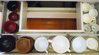 汁椀等の深さのある器は、種類ごとに積み重ねています。上から必要な数だけサッと取りだせて、片づける時も重ねるだけなのでとっても使いやすそうです。見た目と使いやすさを兼ね備えた収納と言えますね。