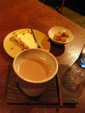お蕎麦のあとはコーヒーもおすすめ。ミルクたっぷりのまろやかなコーヒーは、酸味が少なく飲みやすいタイプ。濃厚なチーズケーキと一緒に召し上がれ♪