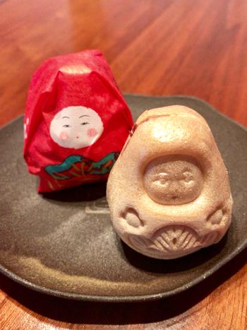 ちっちゃくてころんとした形ががかわいい「加賀八幡起上もなか」は、甘さ控えめの小倉餡がずっしり詰まった最中です。金沢の伝統工芸品「加賀八幡起上り」がモチーフになっています。