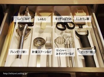 ごちゃつきやすいキッチンツールを「個室を用意する」という方法で解決したのは「IEbiyori」のmkさん。一見すると空間を贅沢に使っているように感じられますが、たくさんのキッチンツールをかき分けて目当てのものを探すより、ずっと機能的です。