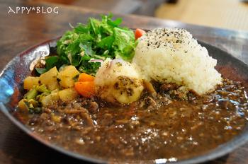 こちらの野菜たっぷりのカレーは、ヘルシーでおいしいと評判。自然農法のお米や有機栽培の野菜など、使用する食材にもこだわっています。