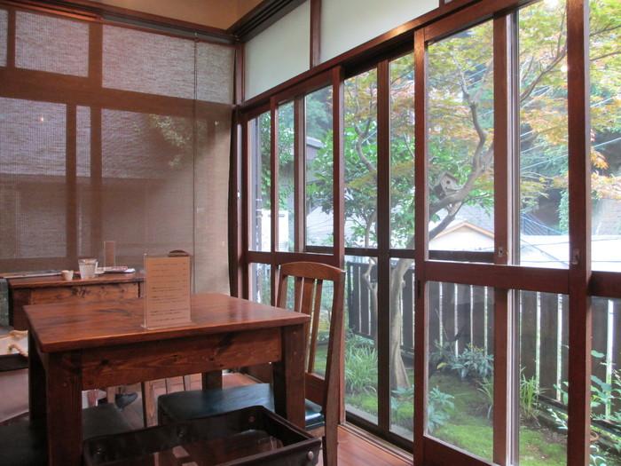 大きな窓からは豊かな緑を眺めることができます。木のぬくもりと、店内に広がるコーヒーの香りに癒されます。
