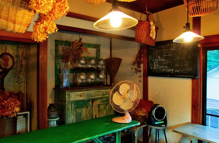 ドライフラワーやアンティーク雑貨がディスプレイされた店内は、日本家屋をヨーロッパ風にリノベーションしています。昔ながらの梁や漆喰の壁をそのまま活かした空間は、和と洋のテイストが入り交じった独特な雰囲気。のんびり時を過ごしたい方におすすめのカフェです。
