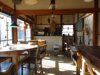 カフェスペースは2階。大きな窓から鎌倉山の緑が望めます。四季折々の自然を眺めたいと、何度も訪れるファンも多いそう。