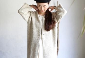いろんな用途が楽しめるセーフティピンは、コートや羽織もののボタンとしても使用可能。留める位置によっても、着こなしの雰囲気が変わってきますよ。