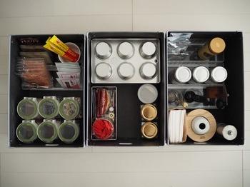 まるでアートのような美しく収納しているのは、「Little Home」のcoyukiさん。調味料やお茶セット、乾物等が整然と収められています。それぞれを小分けに収納することで、中で崩れないようになっているのがキレイを保つコツのようです。