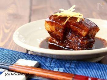沖縄の郷土料理のひとつ「ラフテー」は、いわゆる豚の角煮のこと。こちらのレシピでは、泡盛と赤味噌で味付けしています。とろとろに仕上げるために煮込み時間がかかりますが、圧力鍋などで調理するのも◎