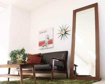 玄関には姿見のような大きな鏡が一枚あると、身だしなみチェックにも役立ちますし、何より空間を明るく広く見せてくれて重宝します。鏡の先にも空間が広がっているような錯覚を起こし、光を反射して明るく感じるためです。 スペースを有効に使うために壁掛けにするのが理想ですが、あえて立てかけるように置いても、明るい天井が映り込んで広く感じられる効果があります。