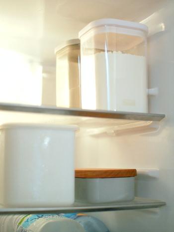 粉物は虫がつきやすいので保存は冷蔵庫がオススメです。袋のままポイっと入れておいても良いのですが、このように見える容器に入れておくことで、残りがどこくらいか把握できますし、まだ在庫があるのに同じものを買ってきてしまうという買い物ミスも防げます。そして見た目も美しい。綺麗に整頓するということは見た目が大切ですね!