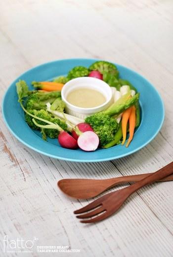 色鮮やかなサラダは、白のうつわも良いですが、さらにきれいな色のプレートで、より彩りをプラスするのも◎ですね。