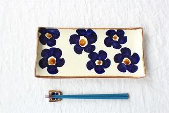 ひときわ目を引くのが、鮮やかな濃藍色の花柄。手作りの器は、いくつか揃えて、それぞれの柄の入りを楽しむのもいいですね。