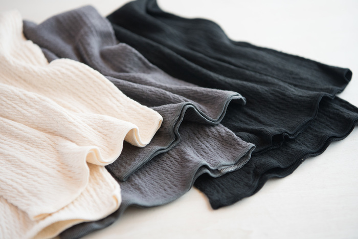 しっかりとあたためる場合はロングサイズを、外に着ている服に影響なくさらりと着たい時はショートサイズを選びましょう。シルクとコットンの素材で耐久性があり、通年使用できるのもうれしいですね。