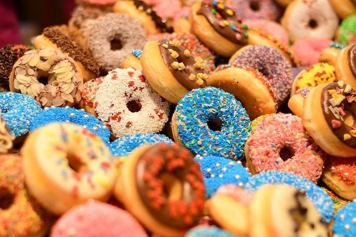 パステルカラーやポップでカラフルなドーナツは見ているだけで幸せですよね。 こんな風にデコレーションした可愛いドーナツがおうちで作れたら素敵だと思いませんか?カジュアルなおやつという印象のドーナツも、デコレーションすると可愛らしくおめかしできてプレゼントにもぴったりのお菓子になります。