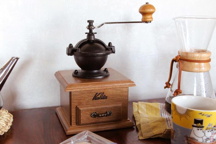 国内のコーヒー器具メーカーの老舗として馴染み深い「カリタ」。コーヒーミルも様々なものを取り揃えており、種類やサイズが豊富です。 こちらは、まんまるなドーム型のホッパー部(豆を入れる部分)が可愛らしい「クラシックミル」。本体はスタンダードな木製スクエア型で、ホッパー部は鋳鉄製。しっかりとした安定感と、レトロな雰囲気を醸し出しています。