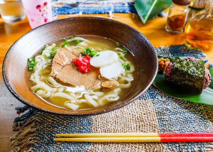 """おうちで南国気分。""""やちむん""""の器で楽しむ、沖縄の食材と《ま~さん(おいしい)レシピ》"""