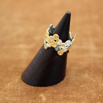 ○や花をモチーフに、シルバーに金箔を重ね、敢えてザラリとした凹凸のある質感に仕上げているリング。素材の加工感をバランスよく組み合わせた他にはないアイテムです。
