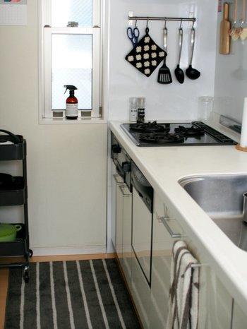 そこで今回は、すっきり明るい、北欧風キッチン空間の作り方をご紹介。  キッチンは模様替えしにくい空間ではありますが、ちょこっと工夫するだけで生活感を感じさせにくい、より気持ちの良い空間づくりが可能に。  どんな工夫をすると良いのでしょうか?