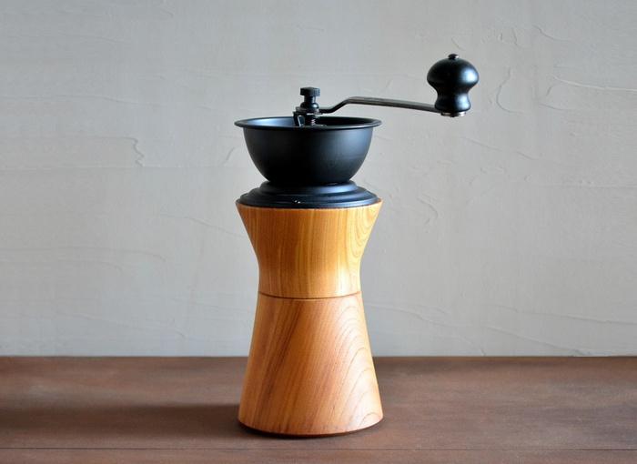 コーヒーを楽しむための時間を様々なかたちで発信している「カリタ」は、ジャパンメイドの品質や造形美と融合した、ハイクオリティなアイテムを生み出しています。 こちらは、木工ろくろとネジ切りの技術で木製品をつくる「モクネジ」とのコラボによって誕生した逸品。ケヤキが使用されたボディは、木工ろくろの木地師が創り出す美しい曲線と、手に吸い付くようななめらかな手触りが特徴的です。