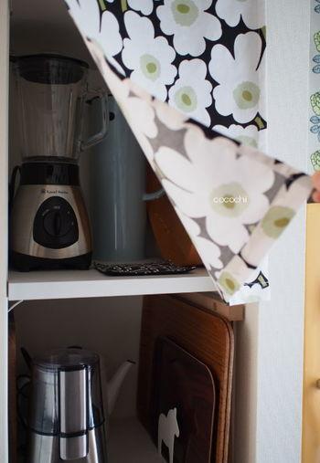 調理器具も、ごちゃつきが気になるものやカラーや質感、サイズが異なるものはこのようにカラーボックスにカーテンをつけて目隠しするのも良いですね。