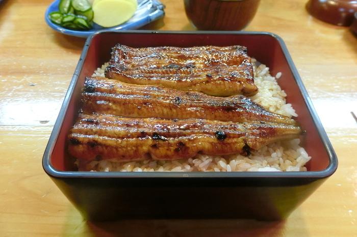 メニューは専門店らしい潔さ。ご飯ものは、うな重の「松」「竹」「うなぎ定食」のみです。単品で食べたい方は「白焼き」「蒲焼」もあります。ふっくらとして香ばしいうなぎとしっかりした味のタレは食べ応え十分。