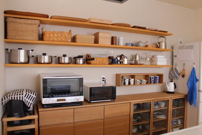 こちらは、 ・ほぼ同じ質感 ・ほぼ同じ高さ ・ほぼ同じ色味  のものをバランスよく並べたキッチン空間。  並べると空間がうるさくなるかな?と思いがちですが、サイズ感や色味などが統一されてさえあれば、空間が落ち着きますよ。  飾ることで収納棚のスペースもセーブできるのもディスプレイ収納法の良いところなんです。