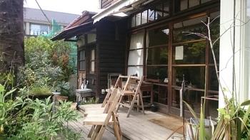 北鎌倉の駅から線路沿いを4分ほど歩くと、路地の突き当りに木々に囲まれた民家が見えてきます。看板も小さくて見過ごしてしまうそうなぐらいさりげなく佇む「ミンカ」は、昭和初期の古民家を数年かけてリノベーションしたカフェです。