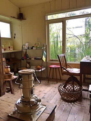 まるで自宅にいるかのように和む雰囲気の店内。木を多く使った内装にレトロな家具がさりげなく配置されています。温かい陽の光が差し込み、気持ちの良い時間を過ごせます。
