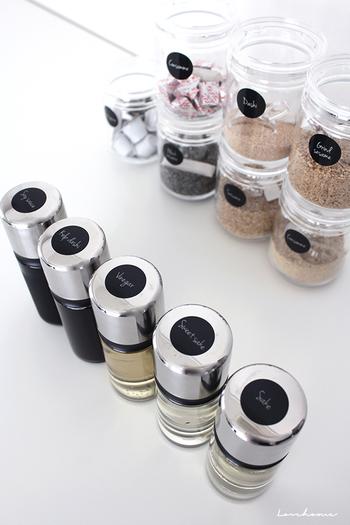 調味料ボトル自体はワンコインショップで全て手に入るので、キッチンのカラーリングに合わせて選んでみてくださいね。  ラベルもボトルのカラーリングに合わせるとベター。
