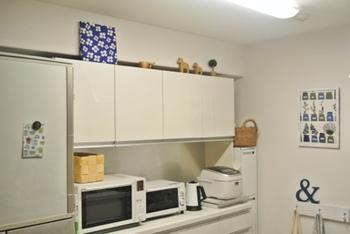 ほぼホワイト一色のキッチン空間でも、明るいカラーのファブリックボードがあれば空間も引き締まりますね。