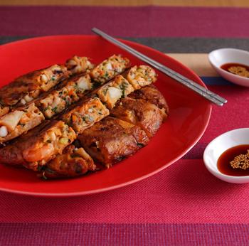 イカやエビ、ホタテが入った、ちょっと贅沢な海鮮チヂミ。キムチやニラも入って具材がたっぷり!これ1枚でお腹も満足できそうですね。