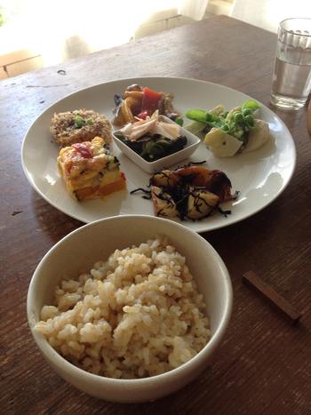ランチのおすすめは「野菜のお弁当箱」。ワンプレートに野菜をたくさん使ったおかずが可愛らしく盛り付けてあります。どれも野菜の旨みが感じられるやさしい味つけ。玄米ごはんとお味噌汁もセットで、お腹も満足できそう。