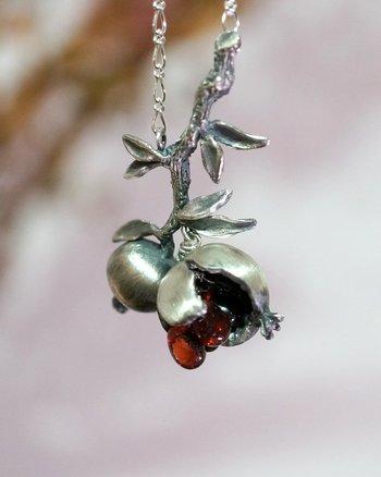 柘榴(ざくろ)を模したシルバーのネックレス。今にも零れ落ちそうに熟したガーネットの美しい果実が、顔を覗かせます。柘榴(ざくろ)の花言葉は『円熟した優美』。円熟した柘榴の果実は、とても魅惑的な色をしています。