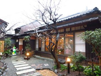 2014年2月�オープン��「穀�カフェ ソラフ����鎌倉駅�ら歩��7~8分������り��。平屋�日本家屋をリノベーション��カフェ��大��窓�開放感����。�庭�木々も�楽���一����。