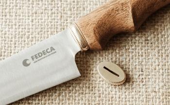 刃と柄をつなぐ真鍮の鍔。指輪と同じ方法で、鋳造、研磨して作られたこだわりのパーツには、この包丁が使い手と「ずっと一緒にいる」存在になってほしい、という願いが込められています。