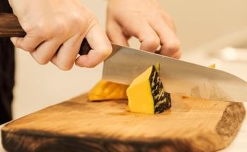 小ぶりなので手に馴染みやすいペティナイフ包丁と、野菜、肉、魚と毎日のお料理に大活躍の三徳包丁の2種類あります。