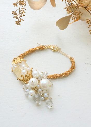 パールとゴールドのコラボレーションは、華やかさの代名詞。手の仕草一つ一つに、気品が漂います。シンプルなスタイルはもちろん、フォーマルなシーンでも使用できる華やかなアイテムです。