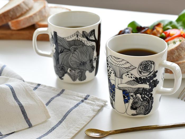 食卓やデスクが素敵に華を添える、マリメッコの「VELJEKSET(ヴェルイェクセトゥ)」のマグカップ。フィンランド独立100周年を記念してデザインされたものです。繊細なタッチで描かれているのは、フィンランドの民話からインスピレーションを受けて描かれた、キノコやクマ、リスなどの森の中の世界。